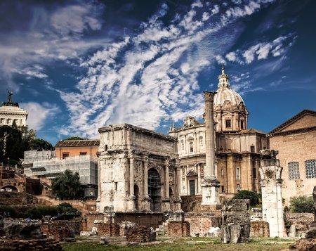 Photo pour Le Forum Romain à Rome renouvelle le ciel bleu, Italie - image libre de droit