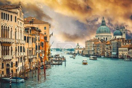 Photo pour Grand Canal et Basilique Santa Maria della Salute au coucher du soleil, Venise, Italie - image libre de droit