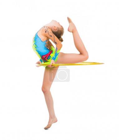 Photo pour Petite gymnaste faire un exercice avec cerceau isolé sur fond blanc - image libre de droit