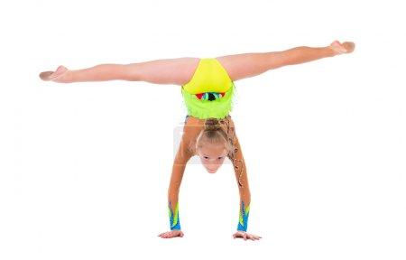 Photo pour Petite gymnaste debout sur des mains isolées sur fond blanc - image libre de droit