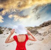Žena v červené večerní šaty
