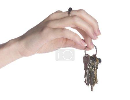 Gros plan main nue femme avec anneau tenant des clés