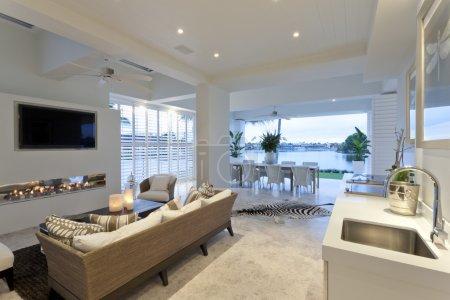 Photo pour Charmant salon avec télévision et vue spectaculaire sur un lac - image libre de droit