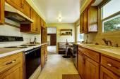 Lehké úzké kuchyň pokoj s rohovou sedačkou a malý stolek