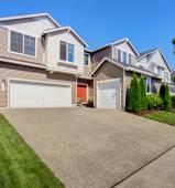 Exteriér velký dům s garáží a příjezdové cesty