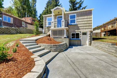 Photo pour Clapboard sidinig maison avec passerelle et passerelle en béton - image libre de droit