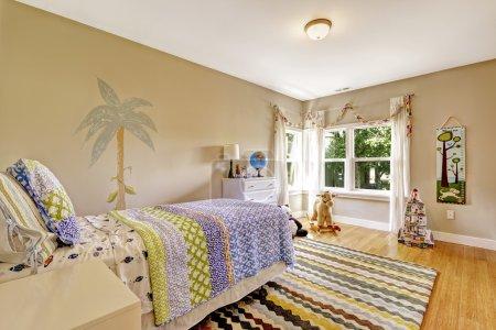 Photo pour Charmante chambre d'enfants intérieure avec jouets et peintures murales - image libre de droit