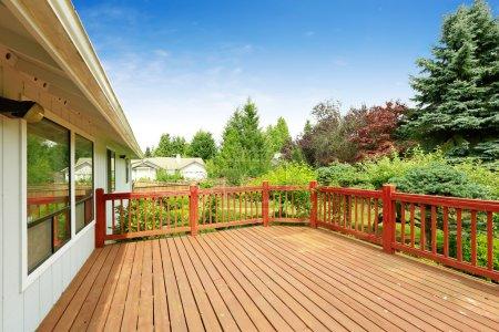 Photo pour Maison d'un étage avec terrasse en bois donnant sur le jardin arrière-cour - image libre de droit