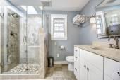 Interiér moderní koupelnu s skleněné dveře sprchy