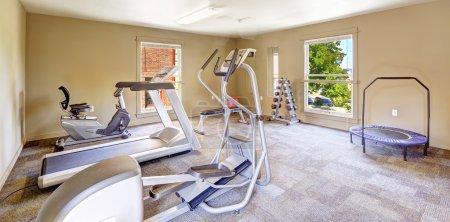 Photo pour Salle de gym pour les résidents de l'immeuble d'habitation de tacomea. poids et équipements différents exercice - image libre de droit