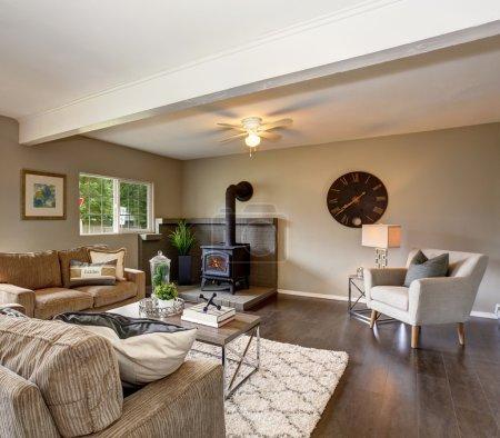 Photo pour Salon moderne mais simple avec parquet foncé et cheminée . - image libre de droit