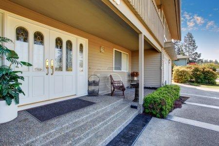 Photo pour Doubles portes de maison avec porche couvert de luxe. - image libre de droit