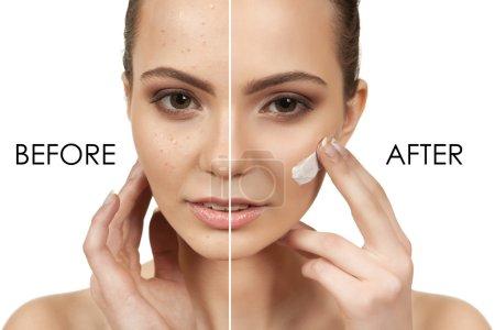 Photo pour La belle fille avec un maquillage dans le salon Spa après les procédures cosmétiques tenant un outil pour le maquillage - image libre de droit