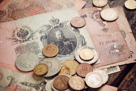 Photo pour Vieil argent sur fond en bois - image libre de droit
