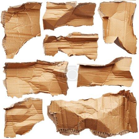 Photo pour Morceaux froissés de carton isolés sur fond blanc - image libre de droit