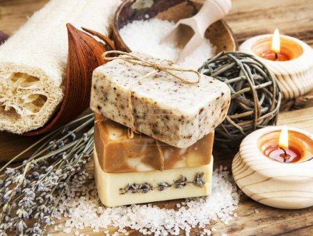 Photo pour Spa Setting.Homemade naturelles savons avec café, de miel et de lavande, des bougies allumées - image libre de droit