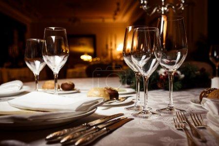 Photo pour Verres vides au restaurant. Cadre de table pour la célébration - image libre de droit