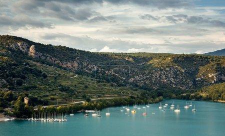 Photo pour Paysage avec lac de Sainte Croix et village Bauduen - image libre de droit