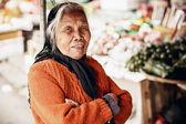 Nedefinovaná stará žena portrét v dlouhé město
