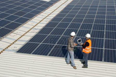 Foto de Trabajadores en la parte superior de un techo fotovoltaico , - Imagen libre de derechos
