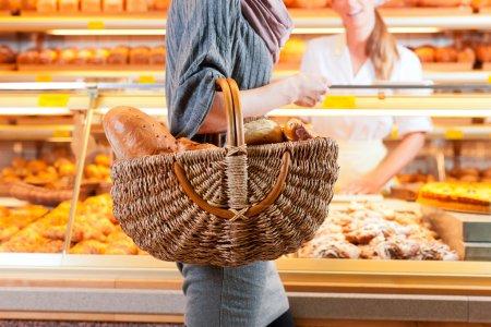 Sprzedawcy z klientem kobiece w piekarni