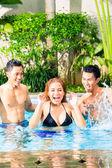 Asiatische Freunde, Schwimmen im pool