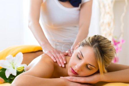 Photo pour Wellness - mujer que recibe el masaje corporal o en la espalda en spa - image libre de droit