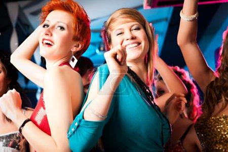 Photo pour Femmes ou des modèles en club ou discothèque s'amuser et danser avec extase - image libre de droit