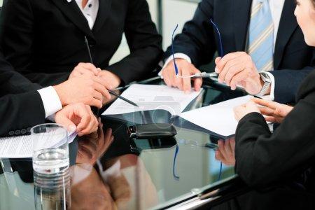 Photo pour Affaires - réunion dans un bureau, avocats ou avocats discutant d'un document ou d'un contrat - image libre de droit