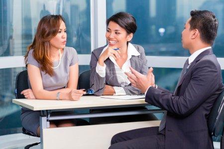 Photo pour L'équipe de recrutement asiatique embauche candidat dans l'entrevue d'emploi - image libre de droit