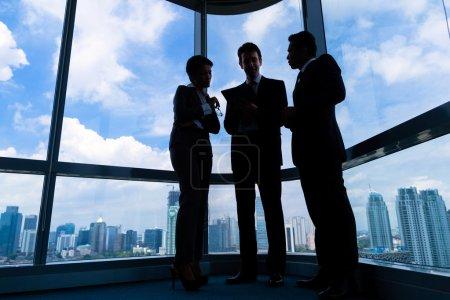 Foto de Empresarios en la oficina moderna - Imagen libre de derechos