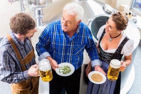 Photo pour Brasseur et couple dans la brasserie visite guidée - image libre de droit