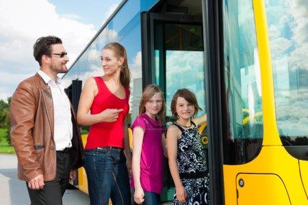 Photo pour Monter dans un autobus à une station de bus de passagers - image libre de droit