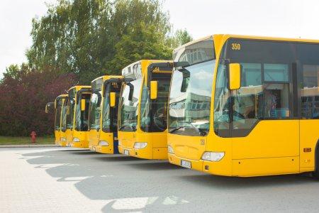 Photo pour Bus parking en ligne sur la station de bus ou de terminal en attendant leur prochain service - image libre de droit