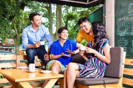 junge Leute in einem asiatischen Café