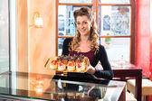 Frau Bäcker in Süßwaren