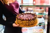 Női baker bemutató torta, cukrászda