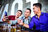 Asiatische Freunde unter Bilder oder selfies