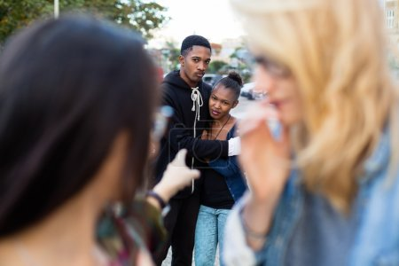 Photo pour Couple de racisme - noir victime d'intimidation, gens pointer avec le doigt dessus - image libre de droit