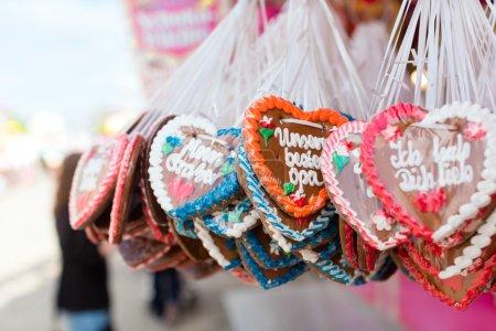 Photo pour Pain d'épice dans un stand lors d'un festival traditionnel ou Oktoberfest - image libre de droit