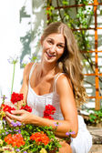 Zahradníka žena pečující květiny