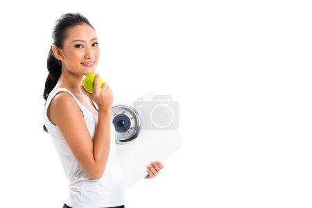 Mujer asiática perdiendo peso con dieta
