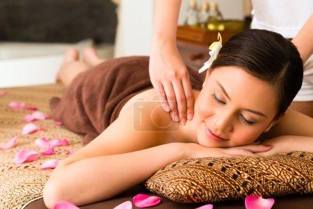 Photo pour Chinoise asiatique femme dans bien-être beauté spa ayant aromathérapie massage à l'huile essentielle, l'air détendu - image libre de droit