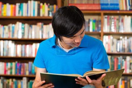 Foto de Estudiante - un joven aprendiendo en biblioteca y libro de lectura - Imagen libre de derechos