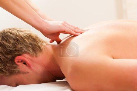 Photo pour Patient à la physiothérapie obtient massage ou drainage lymphatique - image libre de droit