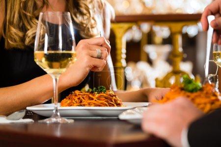 Photo pour Couple heureux ont un rendez-vous romantique dans un restaurant gastronomique, gros plan - image libre de droit