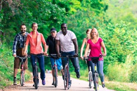 Photo pour Amis au tour de scooter à travers la forêt - image libre de droit