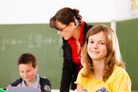 Educación - alumnos y profesor de aprendizaje en la escuela