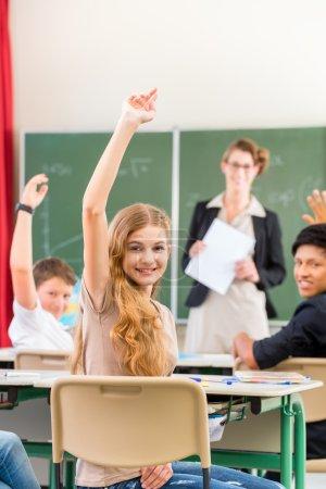 Photo pour Enseignant debout devant un tableau noir ou enseignant des élèves ou des élèves ou des camarades, dans une classe d'école - image libre de droit