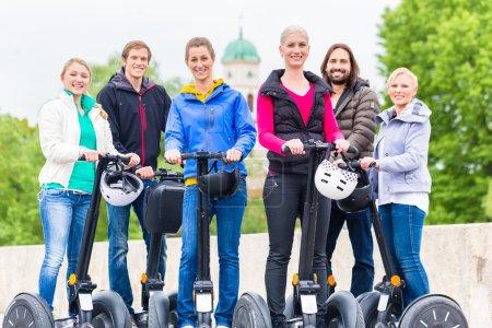 Photo pour Groupe touristique ayant guidé la visite de la ville de Segway en Allemagne - image libre de droit
